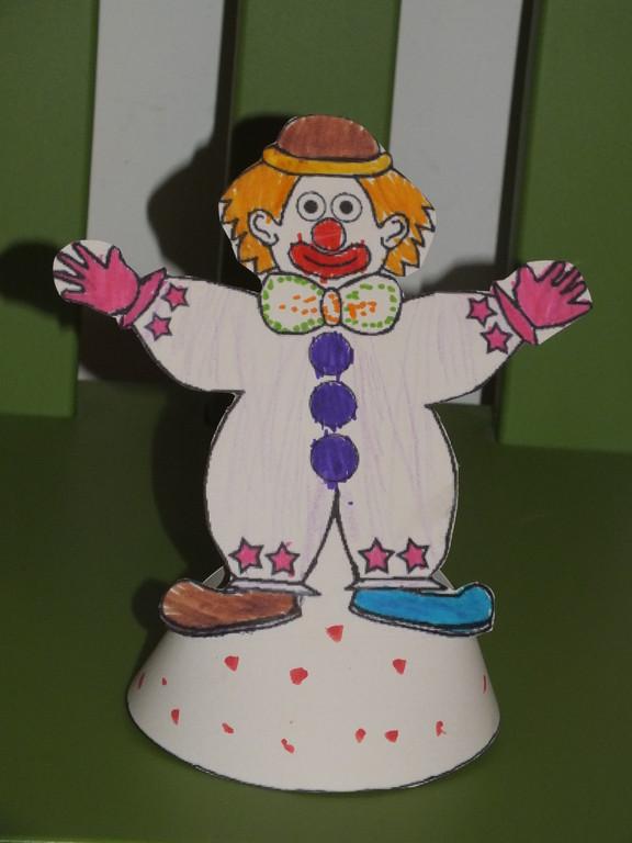 clown pour le carnaval avec demi cercle dessous,afin de faire un cône à poser, utiliser feutres , crayon de couleur puis surtout paillettes pour faire ressortir certains détails !