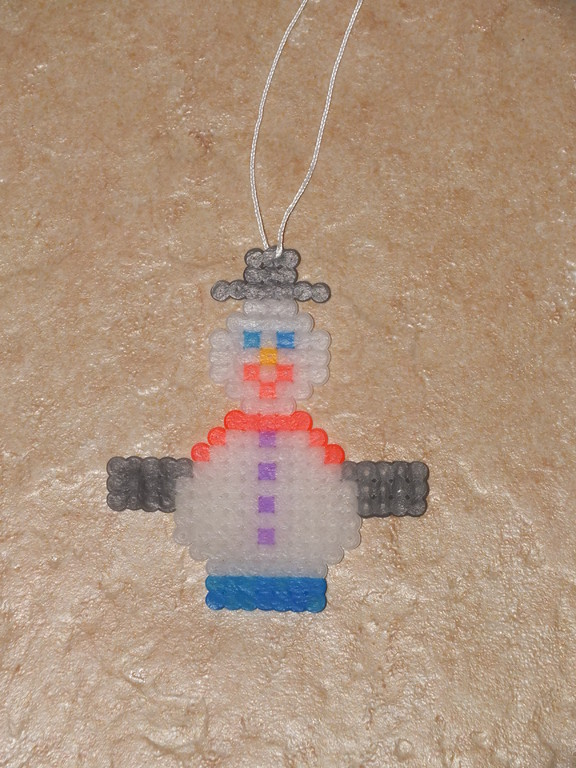 suspension bonhomme de neige en perle à chauffer (mettre un fil dans une perle du haut avant de chauffer)