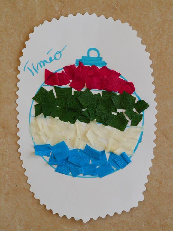 collage de carrés de papier crépon sur dessin de boule de Noël
