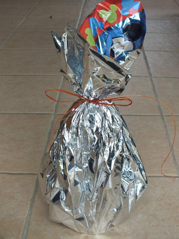 emballage cadeau avec feuille emballage des gros oeufs de pâques, retourné