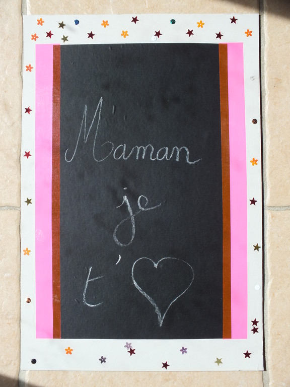 Pour la Fête des Mères : tableau papier autocollant sur carton avec déco paillettes collées par l'enfant