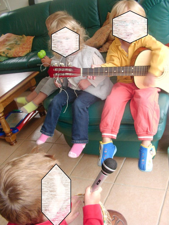 """tous les enfants avec un instrument pout faire une """"chanson"""""""