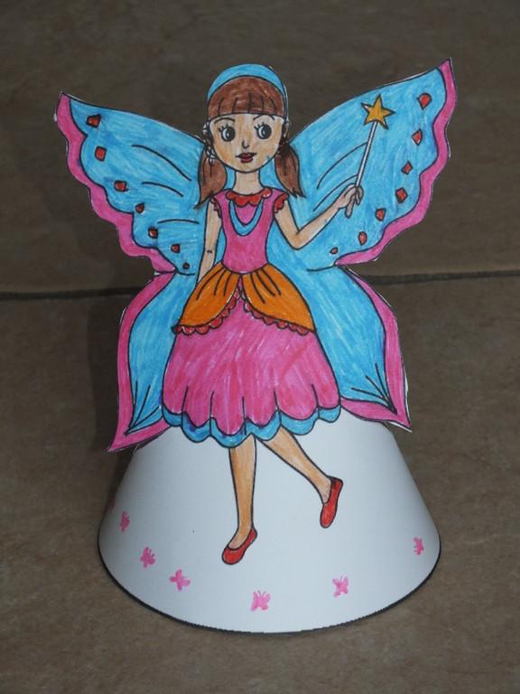 fée pour le carnaval avec demi cercle dessous,afin de faire un cône à poser, utiliser feutres , crayon de couleur puis surtout paillettes pour faire ressortir certains détails !