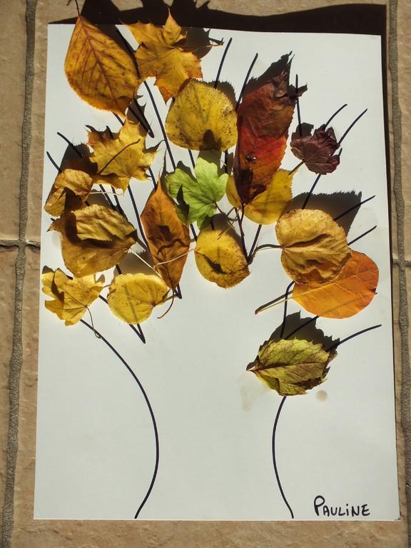 feuilles sèches collées sur dessin de tronc d'arbre