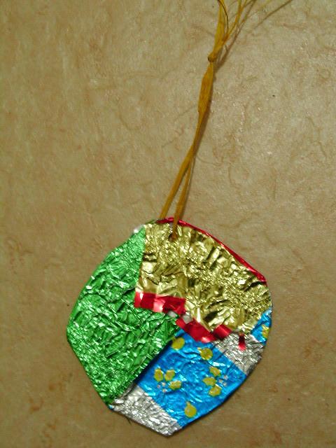 boule de Noël en carton recouvert de papier de papillottes de Noël