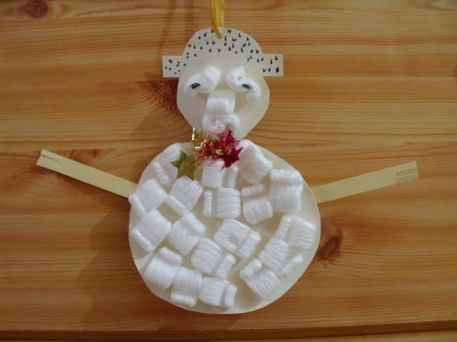 bonhomme de neige en carton recouvert de flocons en polystyrène
