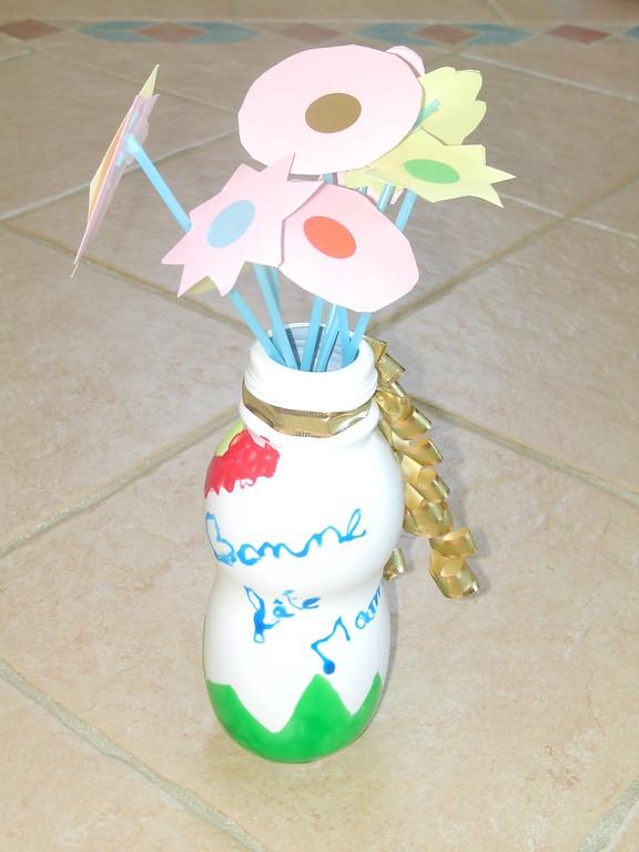 """Pour la Fête des Mères : vase en petit bidon de lait, décoré en peinture """"Windows color"""" et fleurs en papier sur tige de paille"""