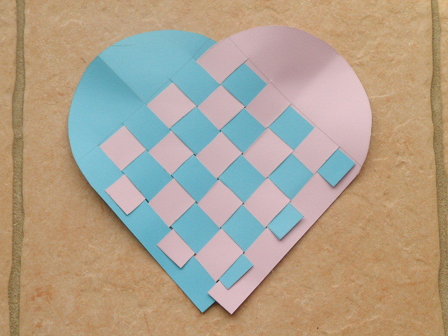 Pour la Fête des Mères : coeur en tressage de bande de papier : deux carré avec sur un côté une forme arrondie