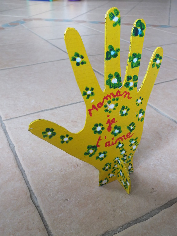 Pour la fête des Mères : porte bijoux : empreinte de main dans carton épais, peint par l'enfant