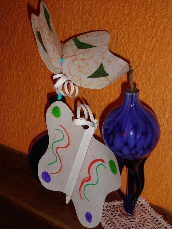 """papillon en papier, plier 3 fois au centre, décore papier crépon, feutre et craie grasse, antenne en lamelle papier """"frotter"""" au ciseau pour """"friser"""""""