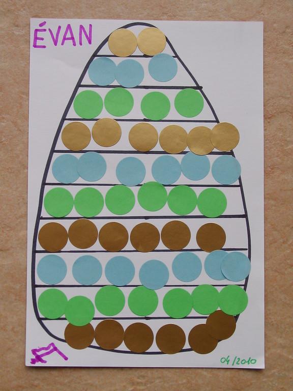 oeuf de Pâques en collage de gommettes suivant un modèle