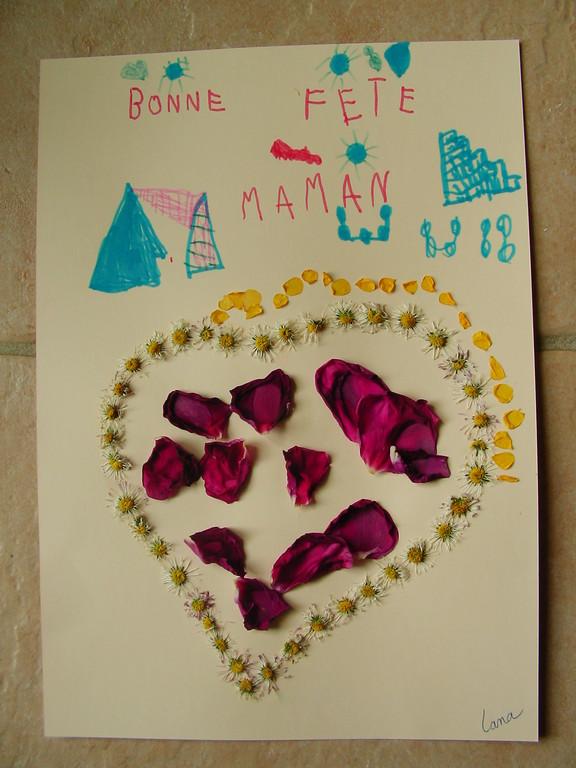 Pour la Fête des Mères : coeur en collage de paquerettes et pétales de roses