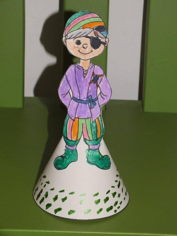 pirate pour le carnaval avec demi cercle dessous,afin de faire un cône à poser, utiliser feutres , crayon de couleur puis surtout paillettes pour faire ressortir certains détails !