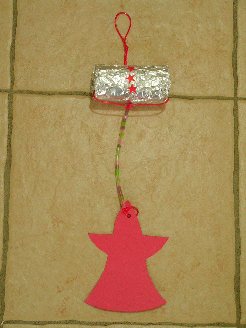 suspension pére noël avec rouleau papier Wc recouvert de papier alluminium, fil de scoubidou et perles