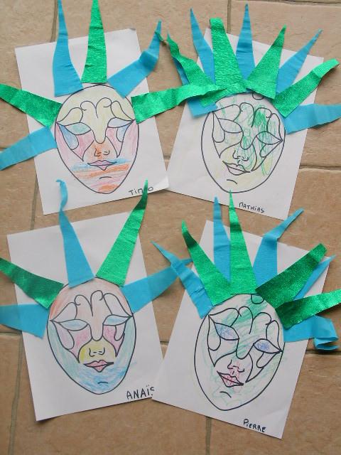tête de carnaval : colorier les différentes parties du visage (les nommer) avec un certaine couleur (la nommer), puis collage de triangles en papier crépon
