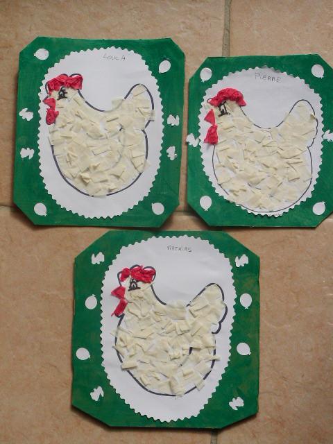 dessin de poule de Pâques encollée, collage par l'enfant de morceau de papier crépon, le tout collé sur un carton peind par l'enfant