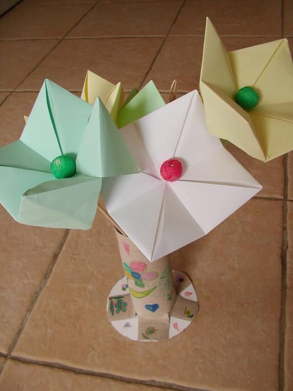 Pour la Fête des Mères : bouquet de fleur en pliage papier avec coeur en boule de cotillon