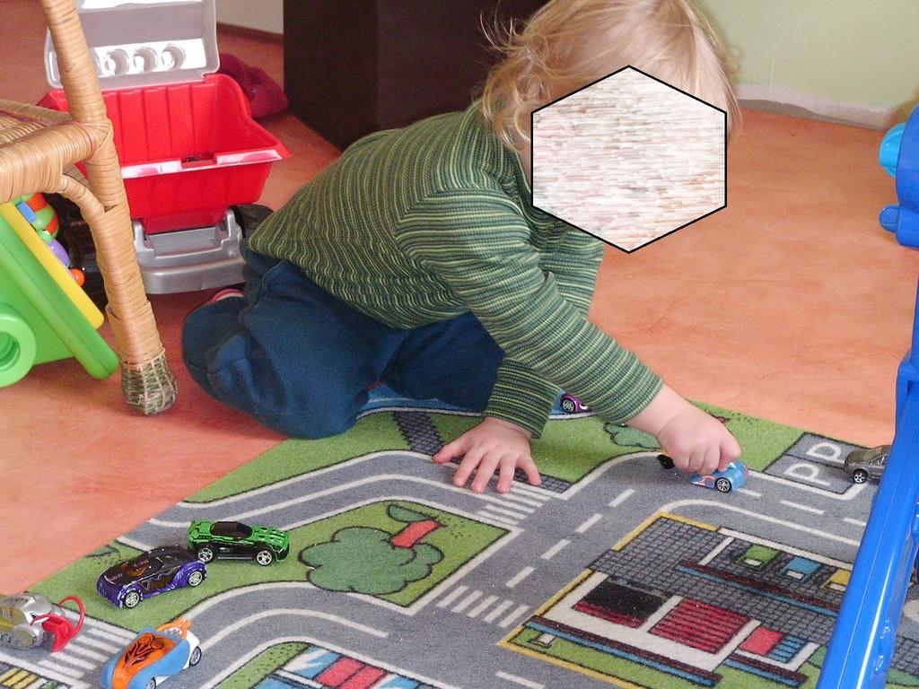 jouer aux voutures sur un circuit en tapis
