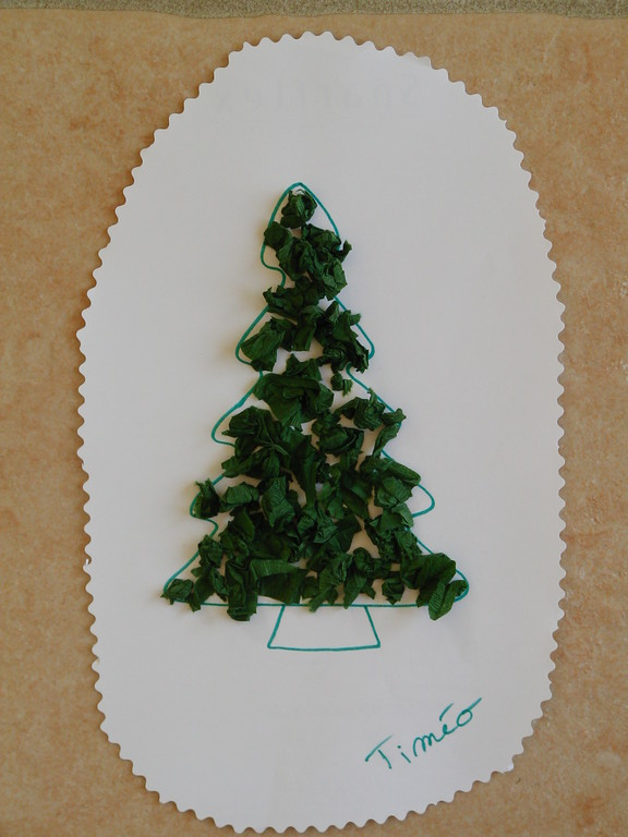 collage de boulettes de papier crépon sur dessin de sapin de Noël