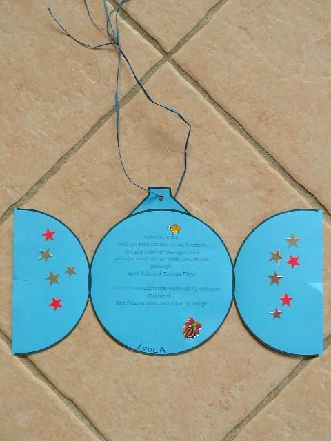 carte en forme de boule de Noël ouverte