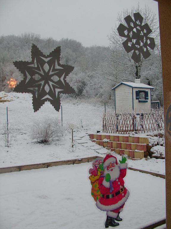 flocons de neige sur vitre : découpage d'un pliage de feuille blanche
