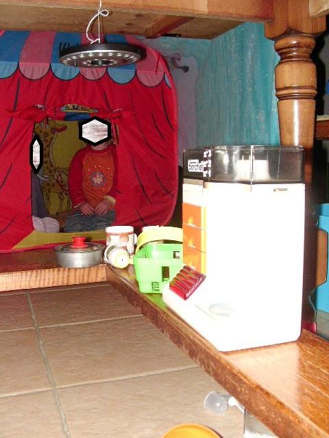 ensemble de cabanes sous la table avec dinette