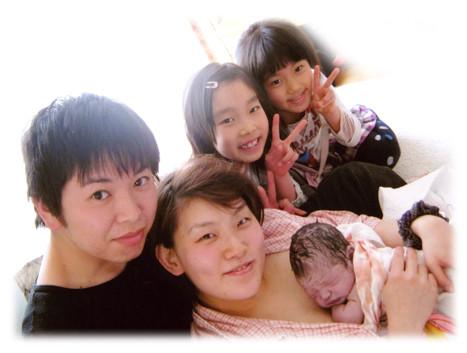 家族に囲まれて出産後に歓びの写真撮影