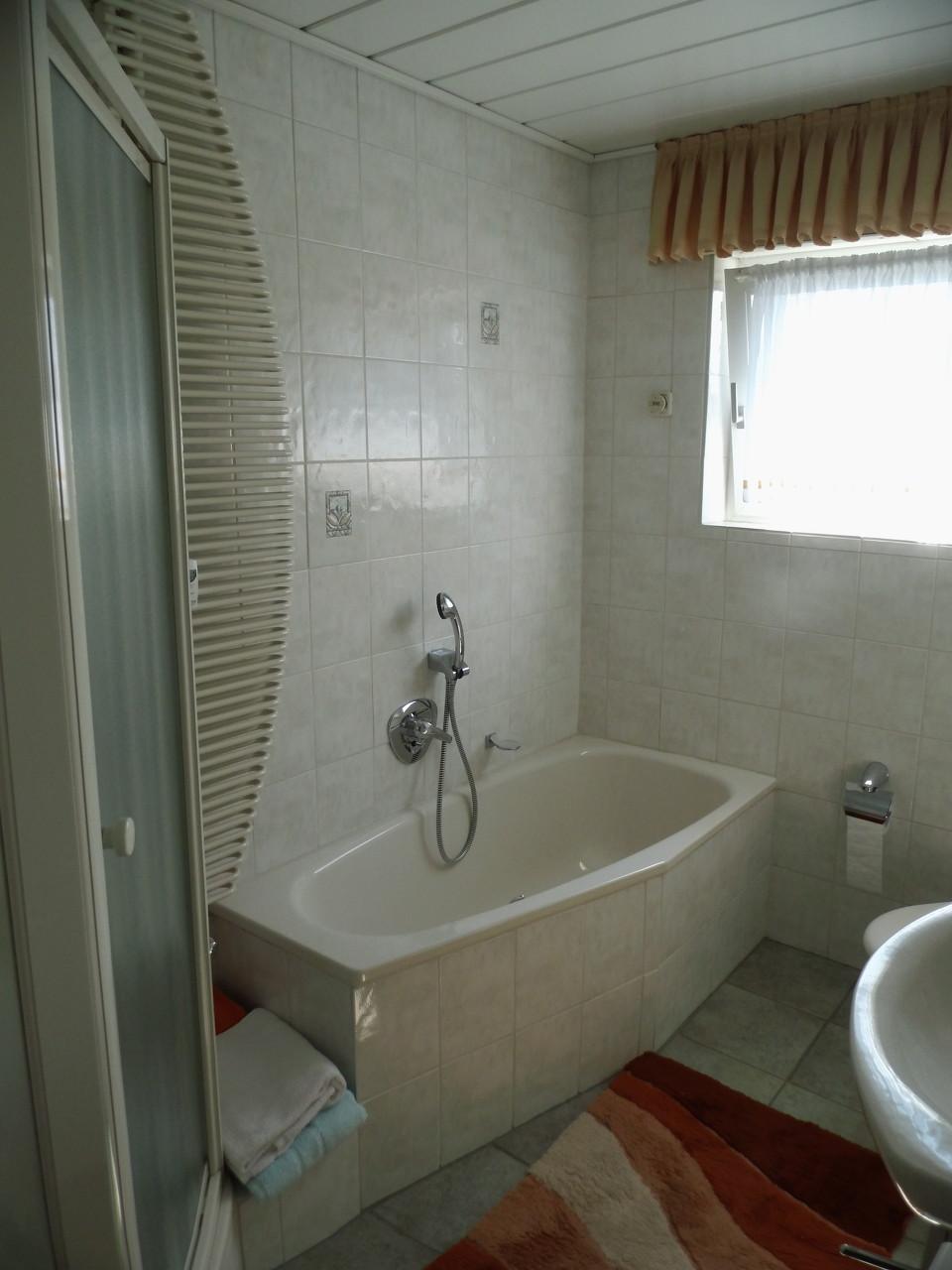 schön gefliestes Badezimmer mit Badewanne