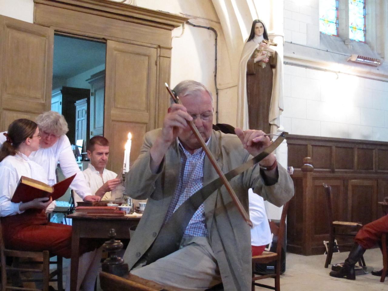 19h45, dans l'Eglise, Jean Rigaux à la scie musicale