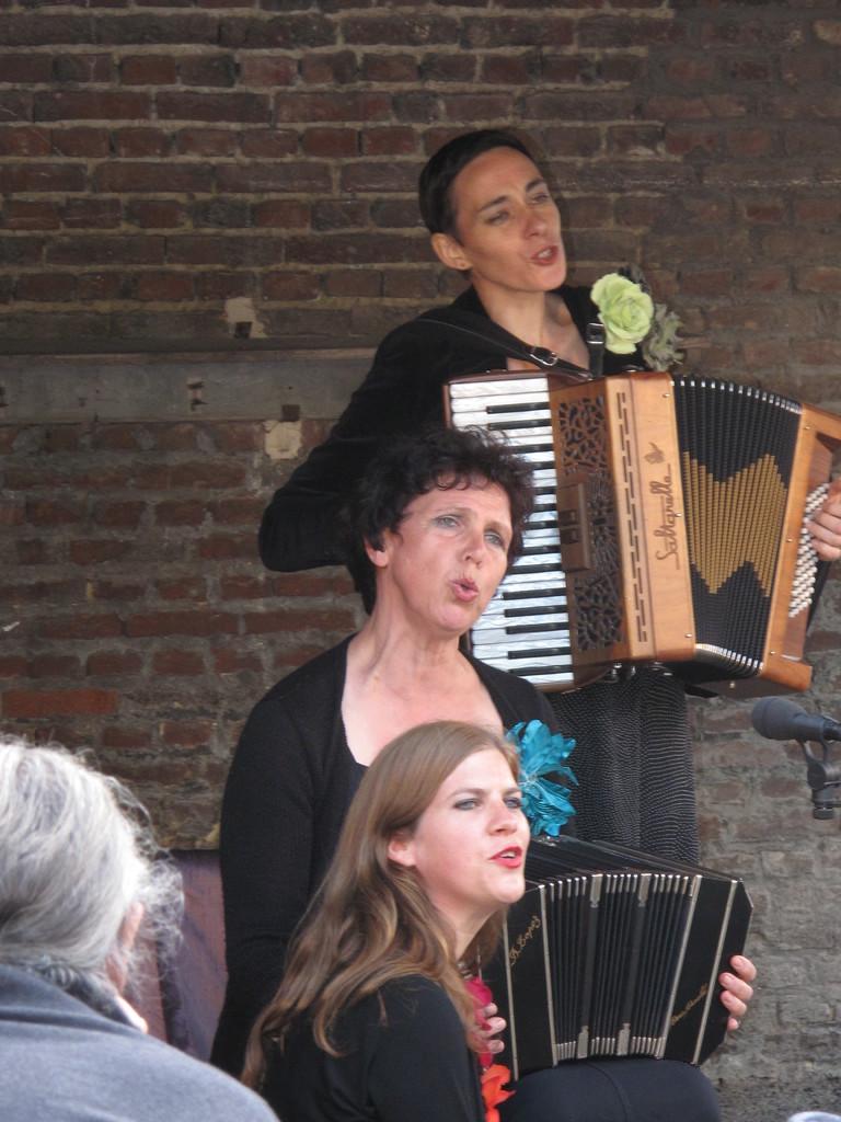 18h30, dans la cour de l'école, les Triolettes, trio d'accordéons et voix