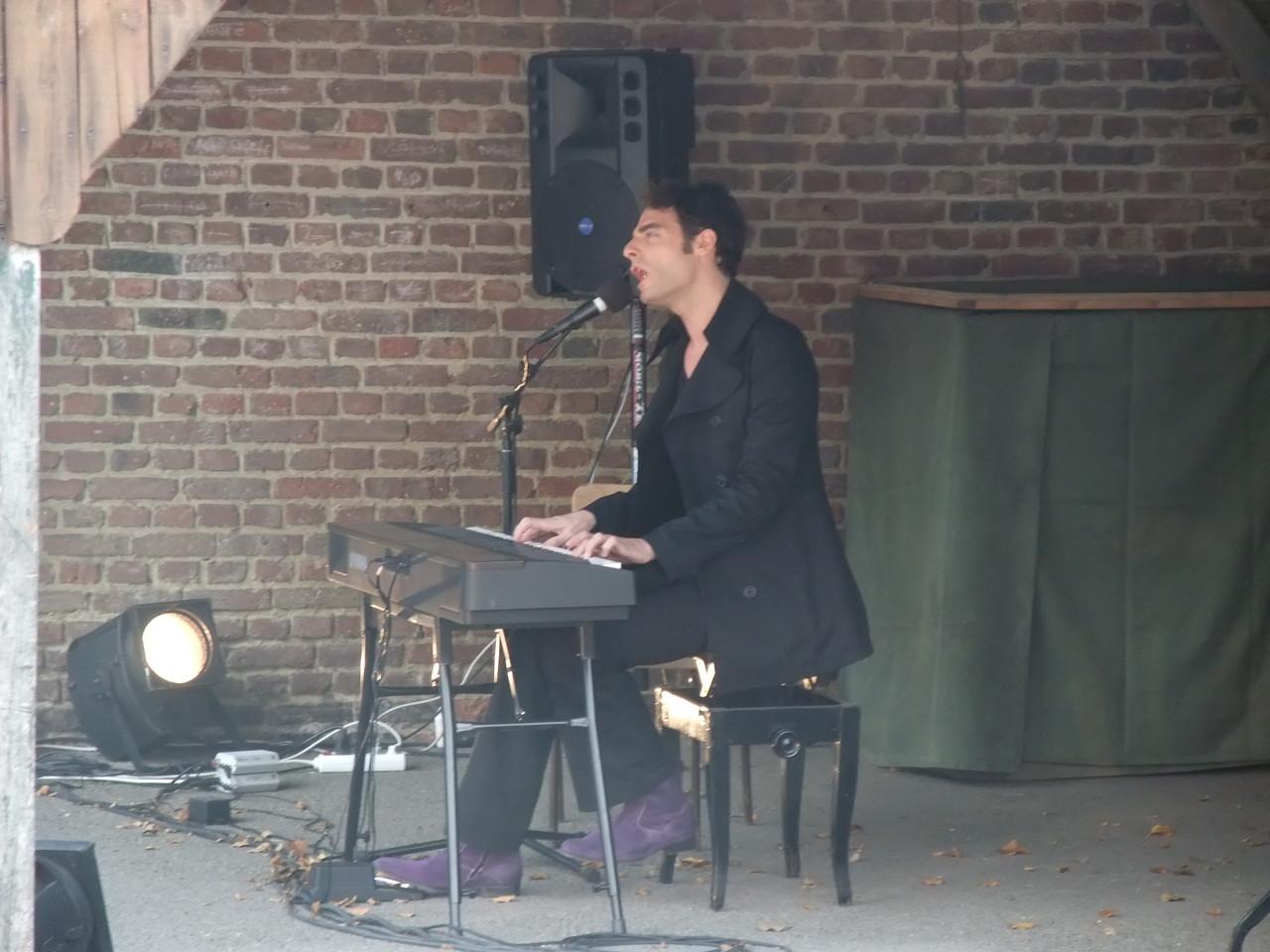 16h dans la cour de l'école, Matthieu Rosaz, piano voix...