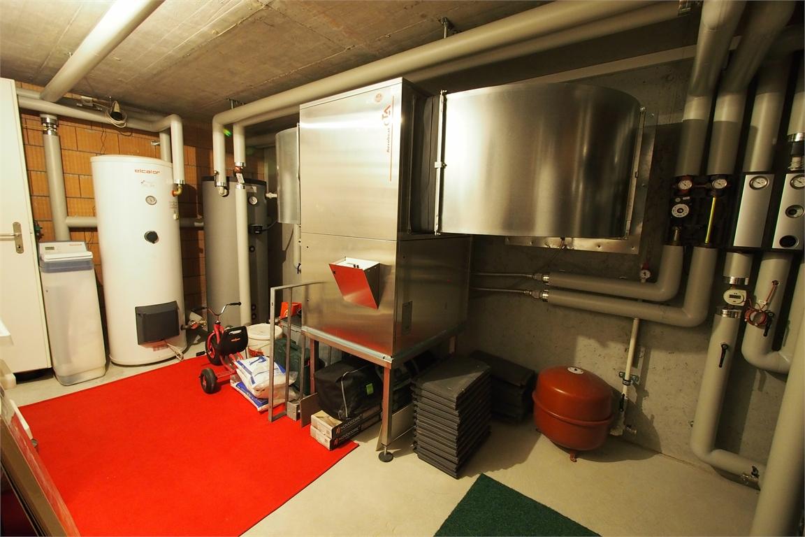 Technikraum mit Wärmepumpe, Boiler und Entkalkungsanlage