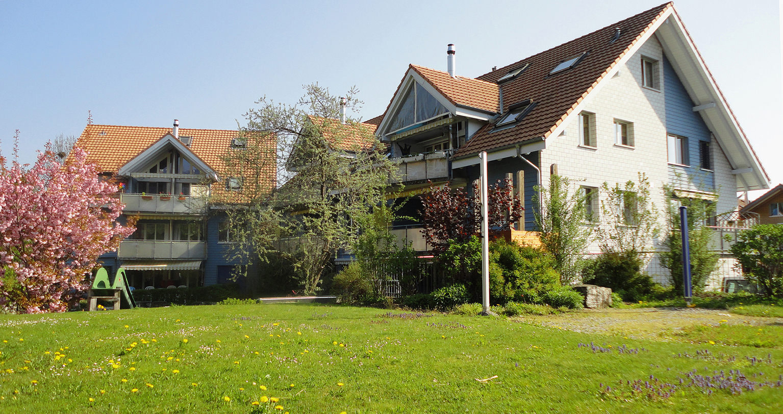 Mehrfamilienhaus mit  Sportplatz
