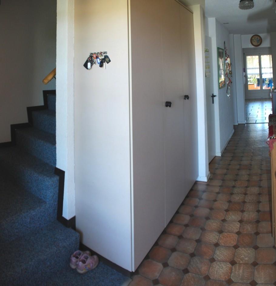 Eingang mit Garderobe und Treppe zum DG