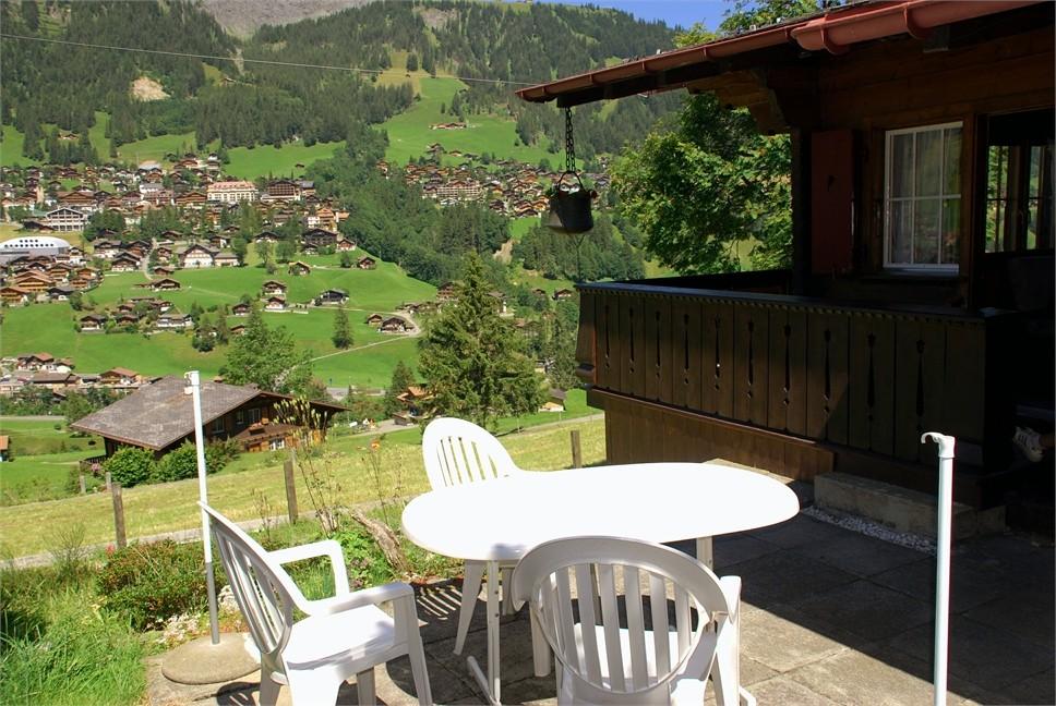 Gartensitzplatz mit Sicht auf Adelboden