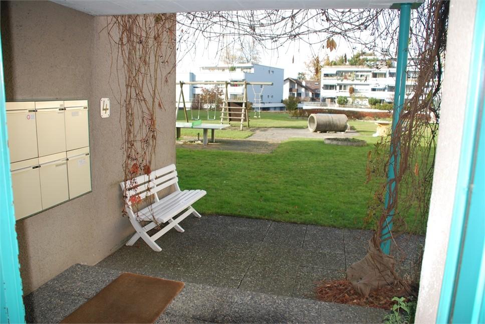 Hauseingang mit Spielplatz