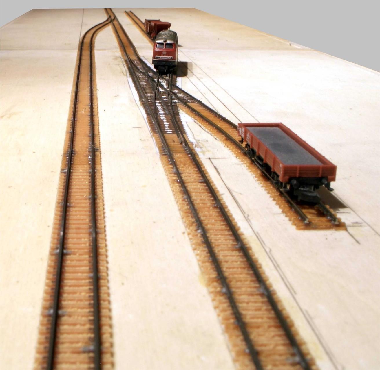 Die Wagen werden auf die entsprechenden Gleise verteilt