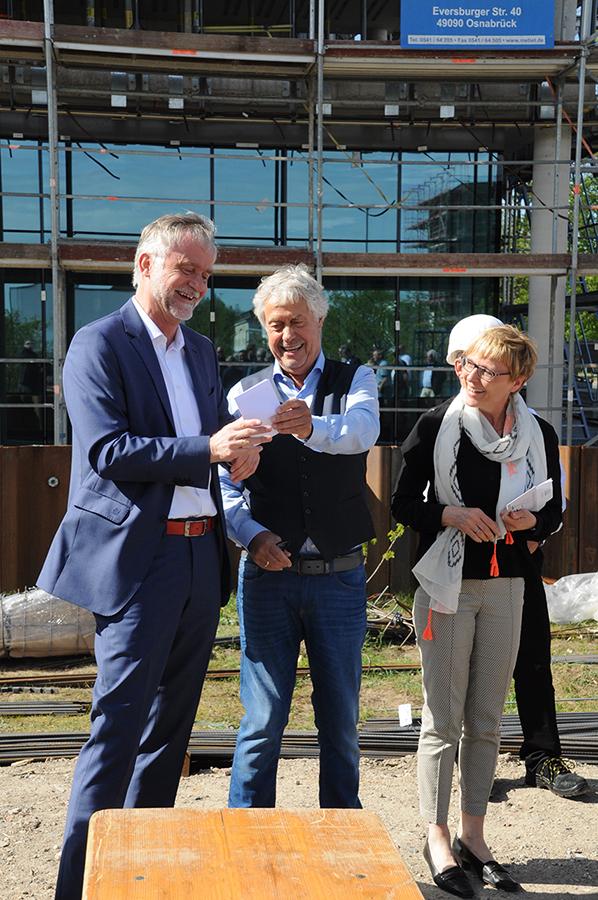 Oberbürgermeister Wolfgang Griesert, Bauherr Friedhelm Spiekermann und Architektin Afra Creutz
