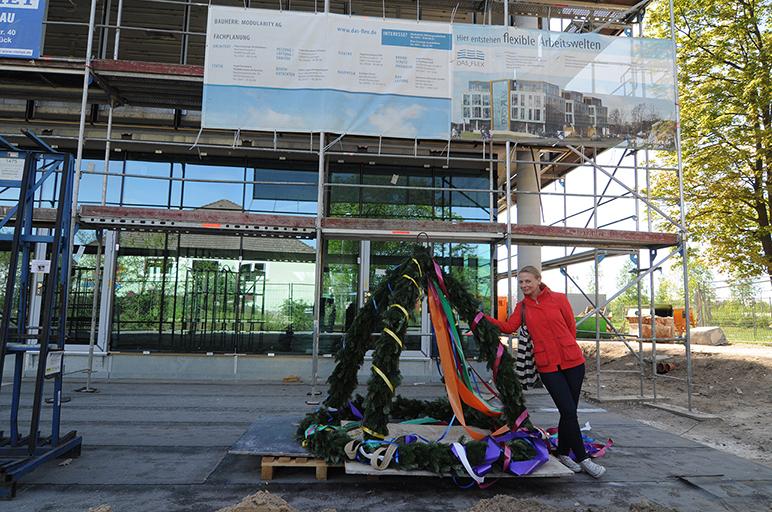 Architektin Elisa Kurth mit Richtkranz