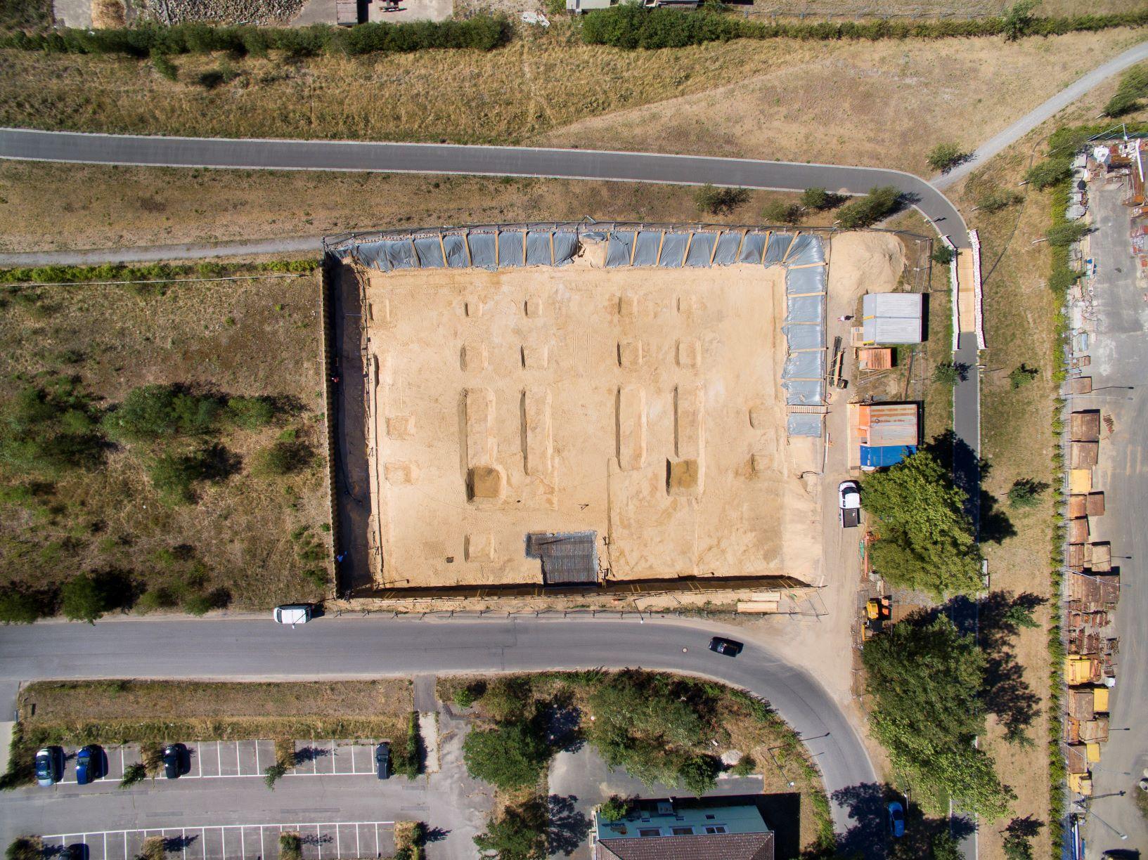 Der Kran mit einem Radius von 50 m erreicht alle Ecken der Baustelle