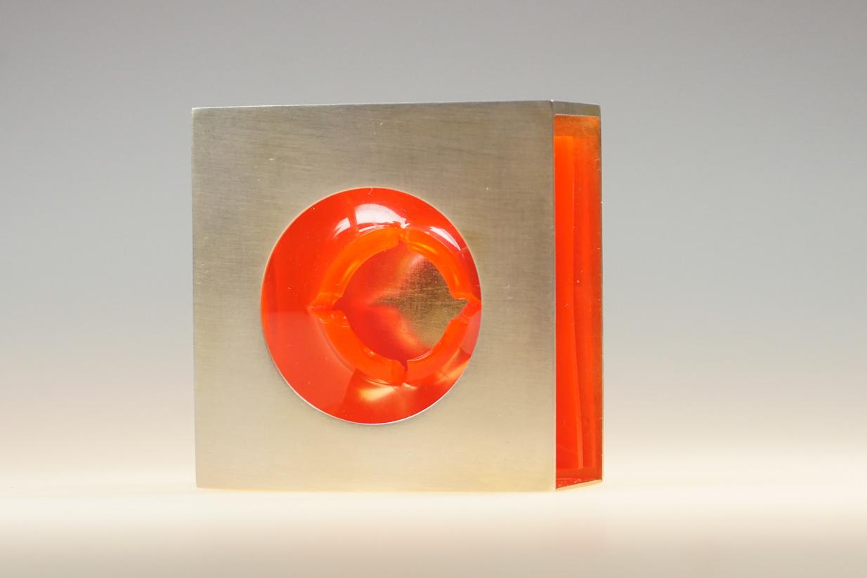 """Blub Blub""; Brosche; Silber 935, vergoldet, Acrylglas rot;  H 5,4 cm, B 5,4 cm, T 2,9 cm"