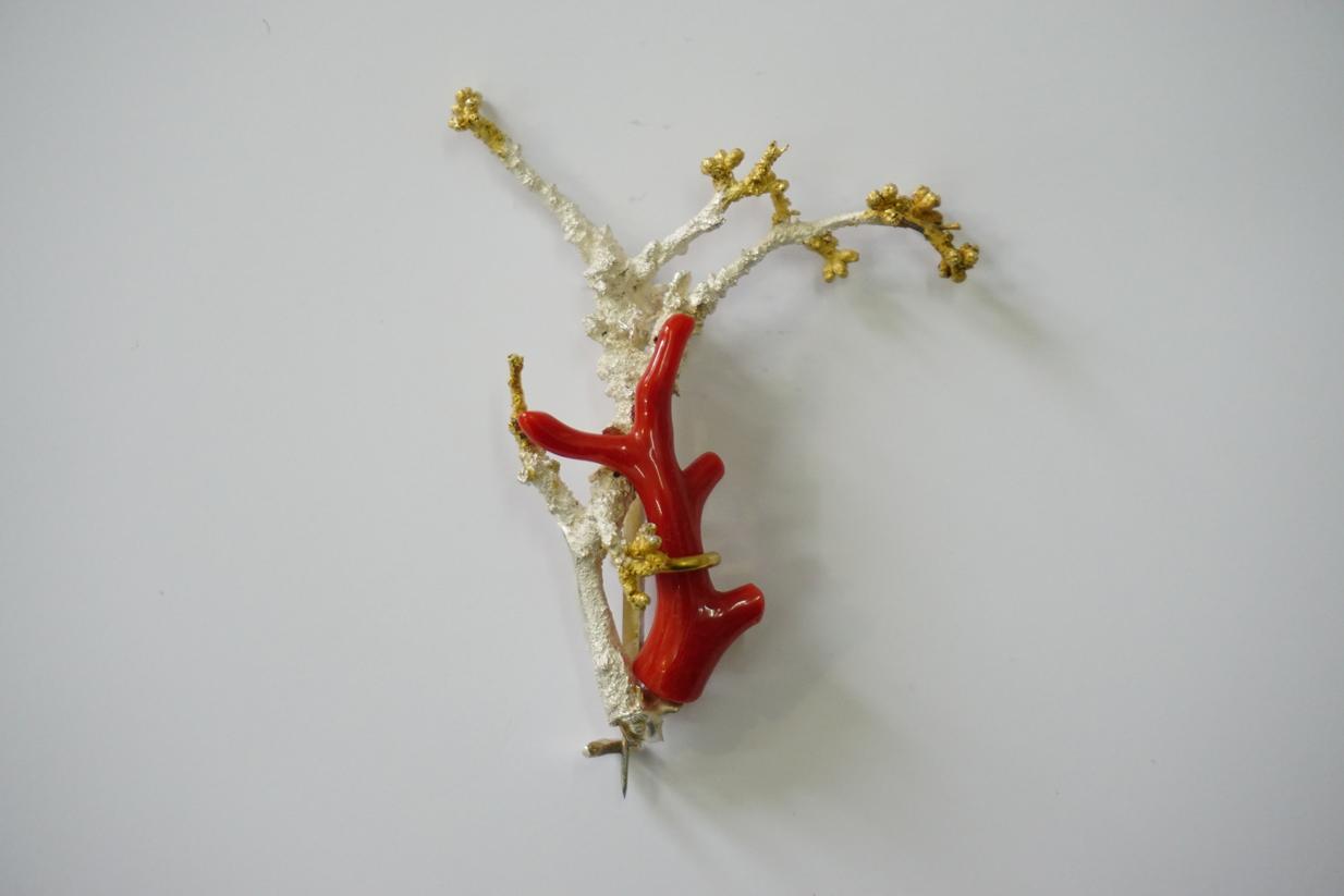 """""""Schlehe mit Koralle""""; Brosche; Koralle, Silber 935, teilweise vergoldet; 2017"""