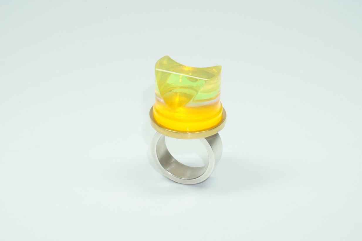 """Zylinder""; Ring; Silber 935, teilweise vergoldet,  Acrylglas: orange, rosa, blau, grün, blau; 2016"