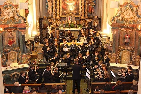 Die Musikkapelle Eversberg begeisterte beim Adventskonzert vor der prächtigen Altarkulisse in der Eversberger Pfarrkirche.