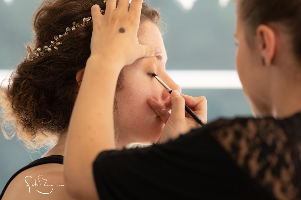 Braut Rahel 2019 Naturlocken Hocksteckfrisur und dezentes Make-Up, Fotos Cyrill Maag Getting Ready