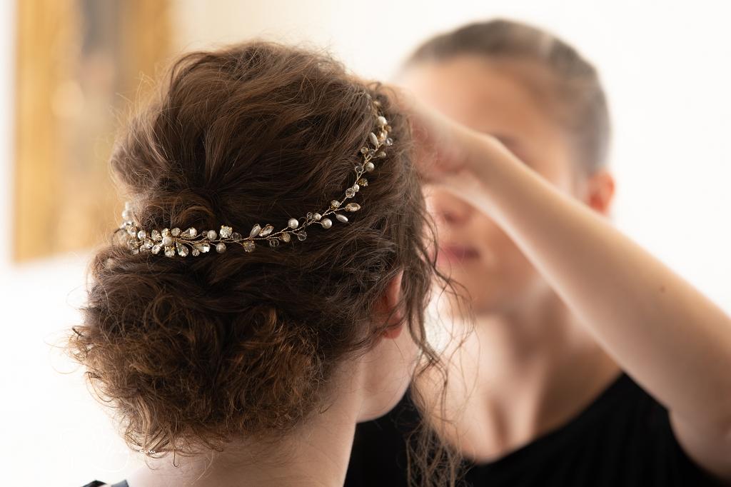 Braut Rahel 2019 Naturlocken Hocksteckfrisur und dezentes Make-Up, Fotos Cyrill Maag
