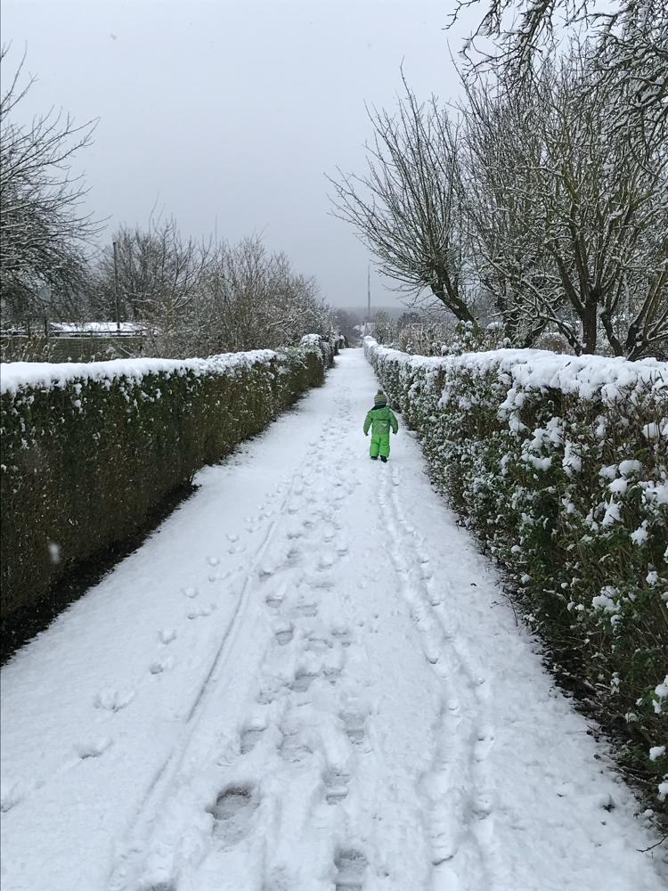 Der kleine Jesaja bestaunt das erste Mal die Schneemassen.