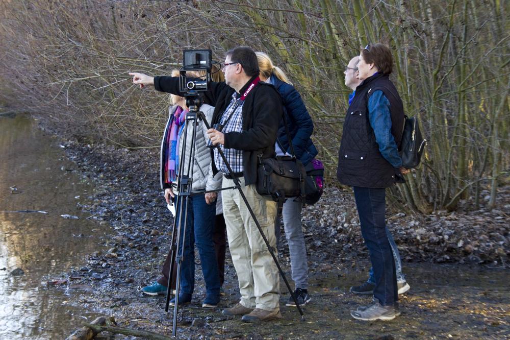 Wolfgang Steiger (Mitte) informiert die Teilnehmer über Wasservogelarten die hier am Neffelsee zu beobachten sind