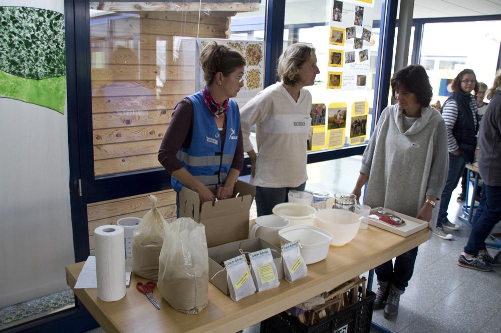 Im Vorraum haben wir eine Füllstation für die Verteilung des Materials zum Samenbombenbau aufgebaut. Christiane Jost, Petra Boigk, Ute Köhler und Sonja Hilgendorf verteilen alle Portionen in die mitgebrachten Schüssel