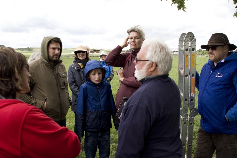 Informationen  über das Leben der Steinkäuze übermittelt Peter Josef Müller an die Teilnehmer